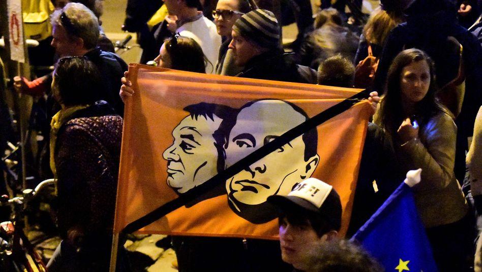 Massenproteste in Ungarn: Ungarns Regierungschef Orban (im Bild mit Putin) würde die von George Soros finanzierte Universität CEU am liebsten schließen - doch daraus wird wohl nichts