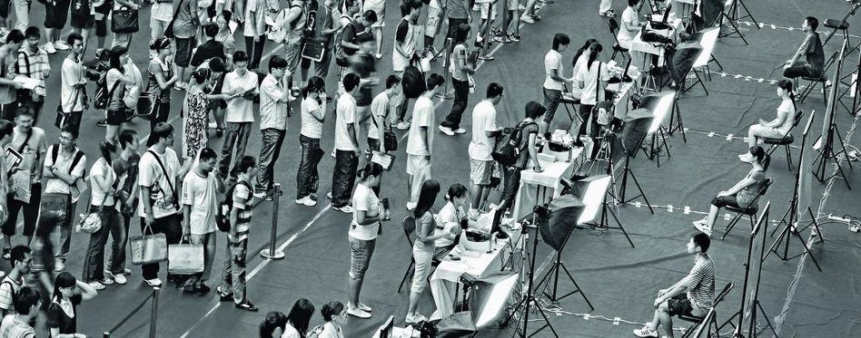 Studienanfänger bei der Immatrikulation an der Tsinghua-Universität in Peking