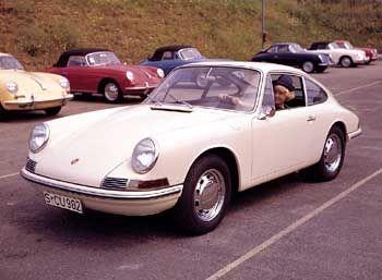 Das Porsche 911 2.0 Coupé ging 1964 in Produktion. Die Modelle 356 C (im Hintergrund) wurden noch bis 1965 gefertigt