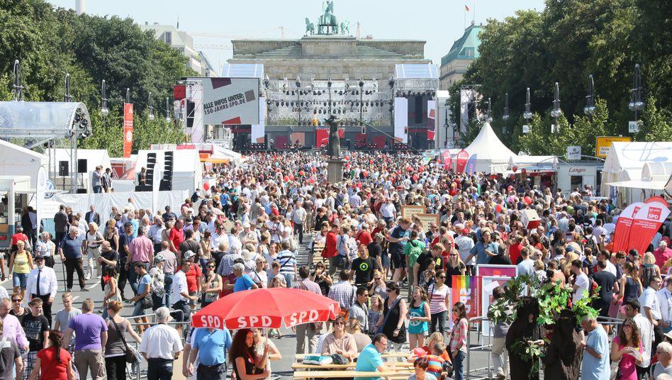 Feierstimmung in Berlin: Deutschland geht es gut - aber der komfortable Standard der Deutschen ist in Gefahr, warnt BCG