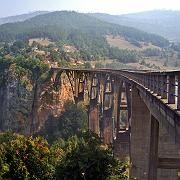 Tief unten rauscht die Tara: Diese 1941 erbaute Brücke ist einer der wenigen Übergänge über die Schlucht im Durmitor-Nationalpark