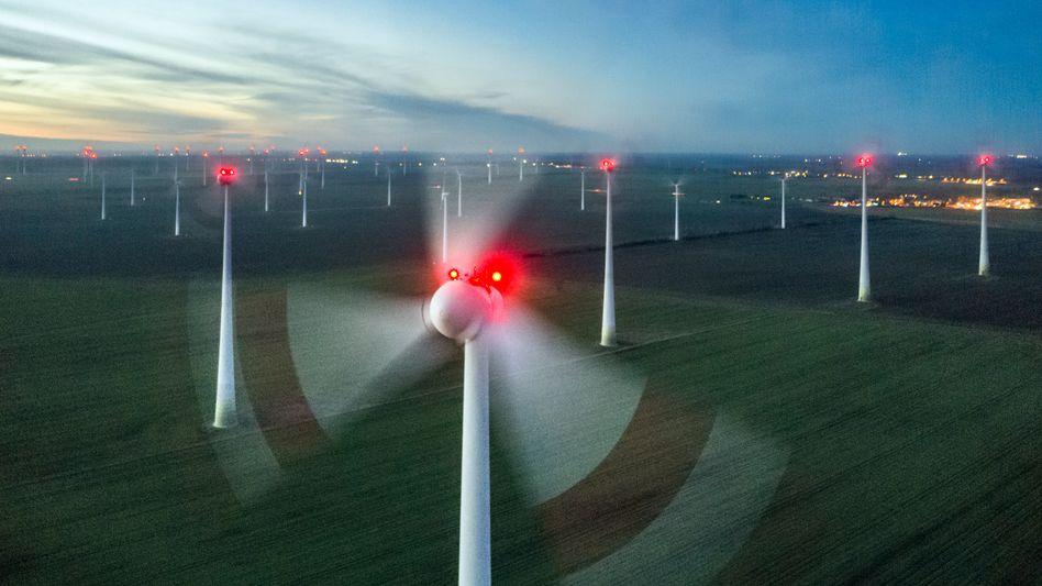 Alarmstufe Rot: Lange galten Windkraftanlagen von Enercon, wie hier in Nauen, Brandenburg, als die besten der Welt. Aber die Firma hat ihren Vorsprung verspielt und schreibt massive Verluste.