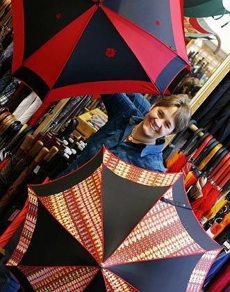 Schirmmacherin aus Leidenschaft: Carola Vertein in ihrem Laden in Hamburg