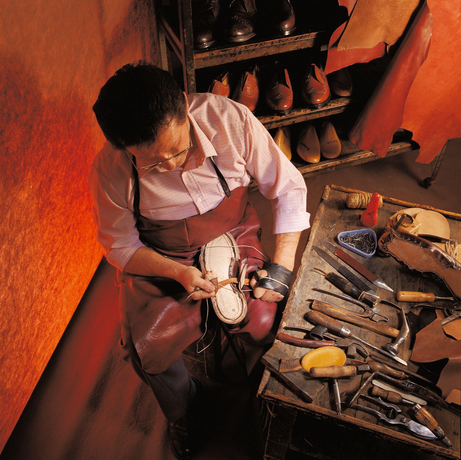 Schuhmacher bei der Arbeit