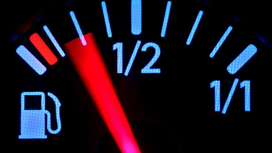 Tankanzeige im Cockpit eines Pkw: Verbrauchsangaben ohne Nutzwert