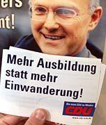 Falscher Appell: Postkarte der nordrhein-westfälischen CDU aus dem Wahlkampf 2000, aufgenommen vor einem Plakat des damaligen Spitzenkandidaten Jürgen Rüttgers. Die Aktion der NRW-CDU gegen die so genannten Green Cards für ausländische IT-Spezialisten stieß auf breite Kritik.