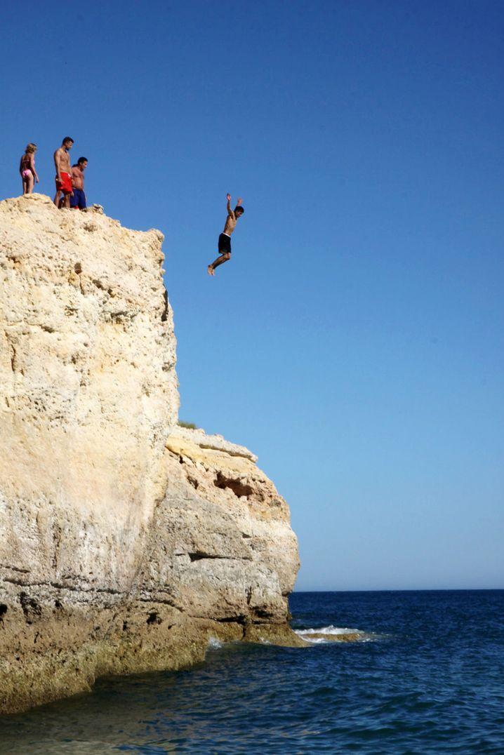 Der Praia de Carvalho ist bei Klippenspringern beliebt - sie springen aus bis zu 12 Metern Höhe ins Meer.