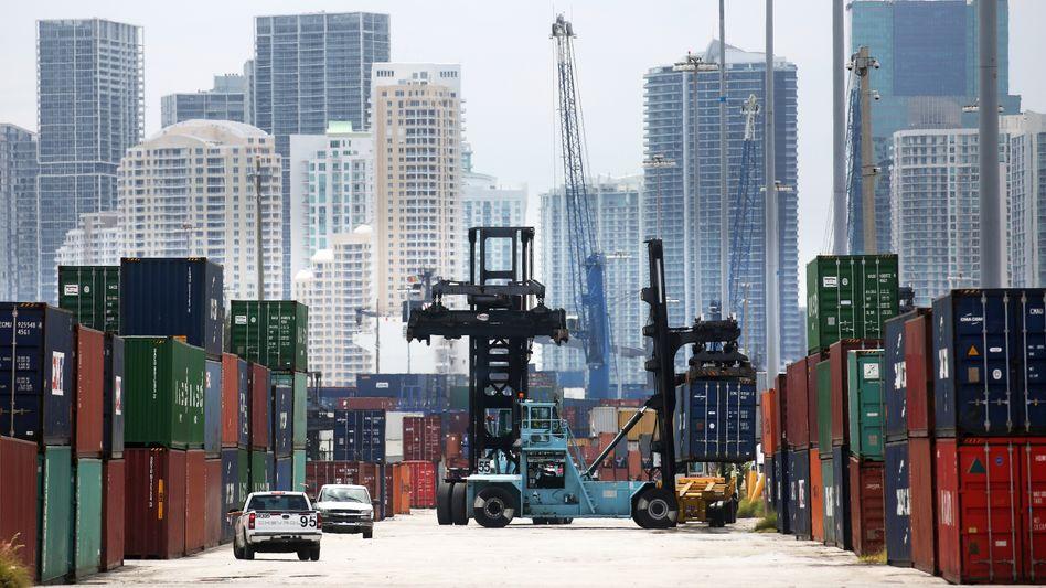 Container im Hafen von Miami: Die Amerikaner kauften zuletzt offenbar mehr Importwaren - trotz höherer Importzölle