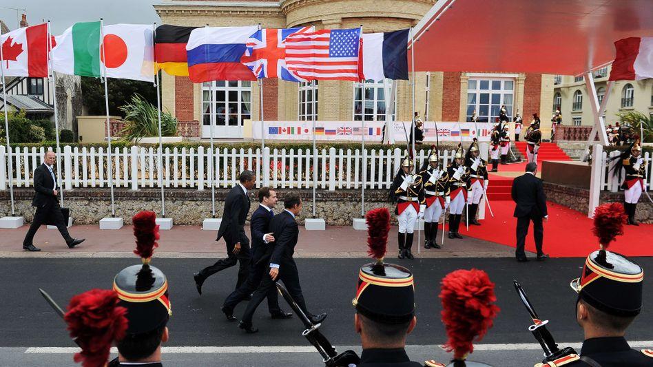 Gipfeltreffen im französischen Deauville: Frankreichs Präsident Nicolas Sarkozy begrüßt US-Präsident Barack Obama und seinen russischen Kollegen Dmitri Medwedev