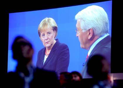 Duell im TV: Kanzlerin Merkel und SPD-Herausforderer Steinmeier im Gespräch vor laufenden Kameras