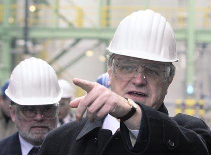 Wegweiser: Wenning mit Helm und Schutzbrille bei einer Werkseinweihung 2003