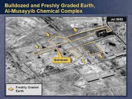 Hier entdeckten die Auswerter der Spionagefotos frisch umgeschichtete Erde. Powell erklärte, dass das Gelände mit Hilfe von Bulldozern dem Erdboden gleich gemacht worden sei - zuvor standen hier nach Erkenntnissen des US-Geheimdienstes auf den gelb umrandeten Feldern Anlagen zur Produktion von Chemiewaffen.