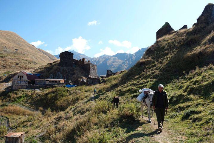Das Dorf Dano hat eine beeindruckende Lage auf einem Bergkamm
