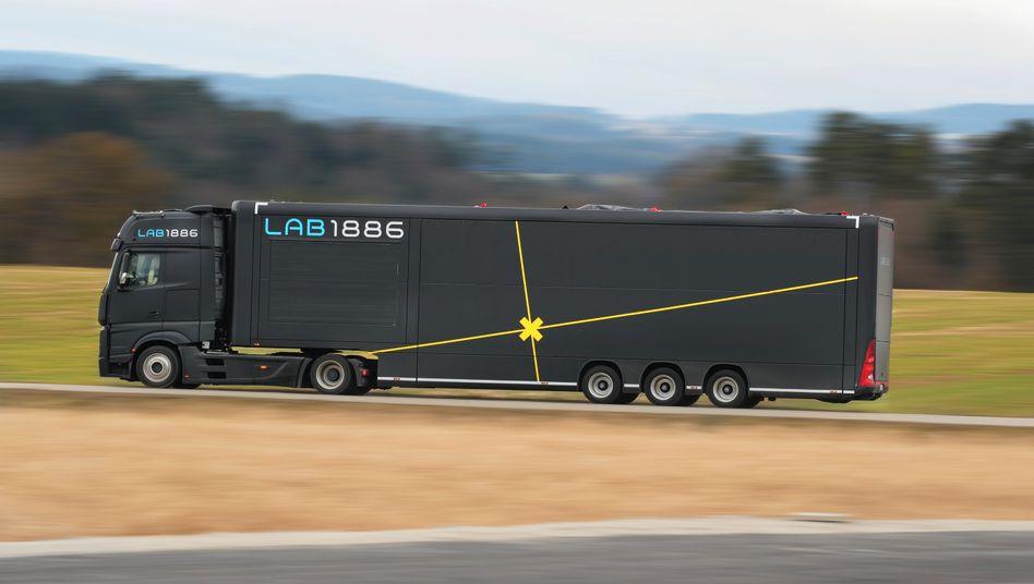 """Daimler Lab1886 steht für den unternehmenseigenen """"Inkubator"""". Das erklärte Ziel ist, aus einer Idee schnell ein Produkt oder ein Geschäftsmodell entwickeln. Und Daimler arbeitet an neuen Ideen für die Zukunft, etwa um große Elektrolaster in Serie auf die Straße zu bringen und das automatisierte Fahren weiterzuentwickeln."""