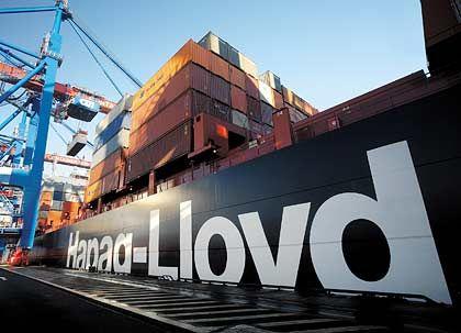 Wertvoll auch für Hamburg: Die Reederei Hapag-Lloyd steht zum Verkauf - womöglich ins Ausland. Neben Großaktionär John Fredriksen will auch eine Hamburger Investorengruppe den Verkauf nach Asien verhindern.