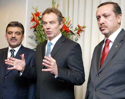 Großbritanniens Premier Blair in Kopenhagen mit dem starken Mann der Türkei, Recep Tayyip Erdogan (r.) und dem türkischen Ministerpräsidenten Abdullah Gul