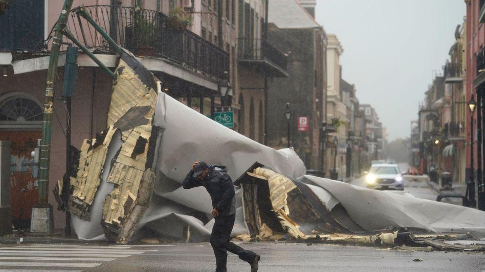 """Verheerende Schäden in New Orleans: Das Ausmaß der Zerstörungen durch Hurrikan """"Ida"""" ist noch längst nicht absehbar, aber erste Eindrücke, wie hier ein abgerissenes Dachteil, lassen schlimmes befürchten"""