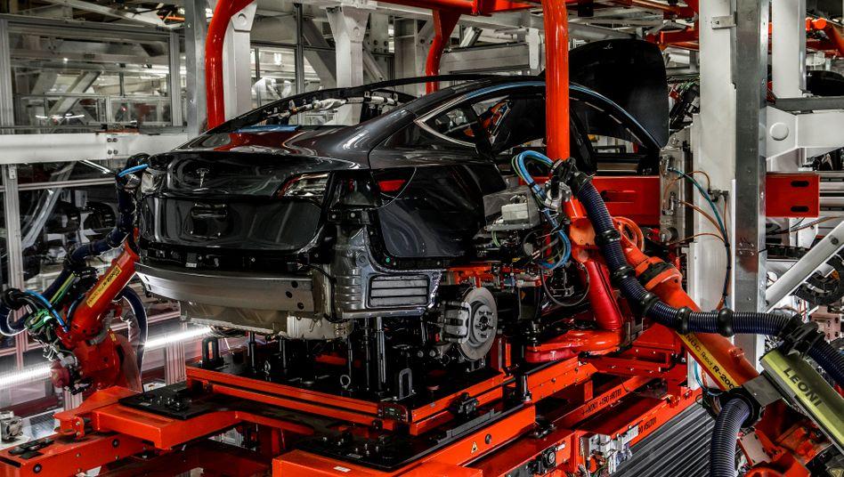Tesla-Produktion im kalifornischen Fremont: Bis zum 7. März sollen die Bänder stillstehen
