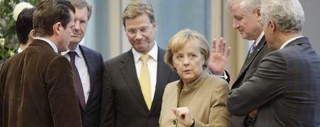 Gruppenbild mit Dame: Die Spitzen von CDU, CSU und FDP kommen bei ihren Koalitionsverhandlungen voran und wollen sie möglichst noch bis zum Wochenende abschließen. Von links: Der künftige Verteidigungsminister Karl-Theodor zu Guttenberg (CSU, vorn), der niedersächsische Ministerpräsident Christian Wulff (CDU), der FDP-Vorsitzende und kommende Außenminister Guido Westerwelle, Bundeskanzlerin Angela Merkel (CDU), der CSU-Vorsitzende Horst Seehofer und der CSU-Landesgruppenchef sowie baldiger Bundesverkehrsminister Peter Ramsauer