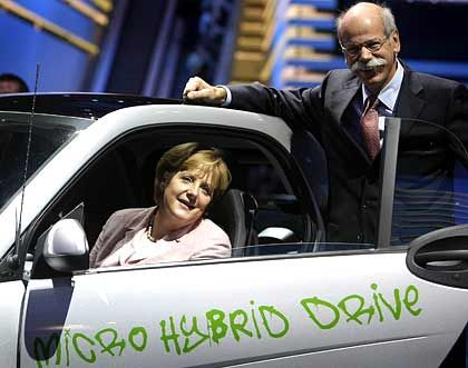 Autokanzlerin: Angela Merkel sitzt in einem Smart mit Micro-Hybridantrieb - daneben posiert Daimler-Cheflenker Dieter Zetsche