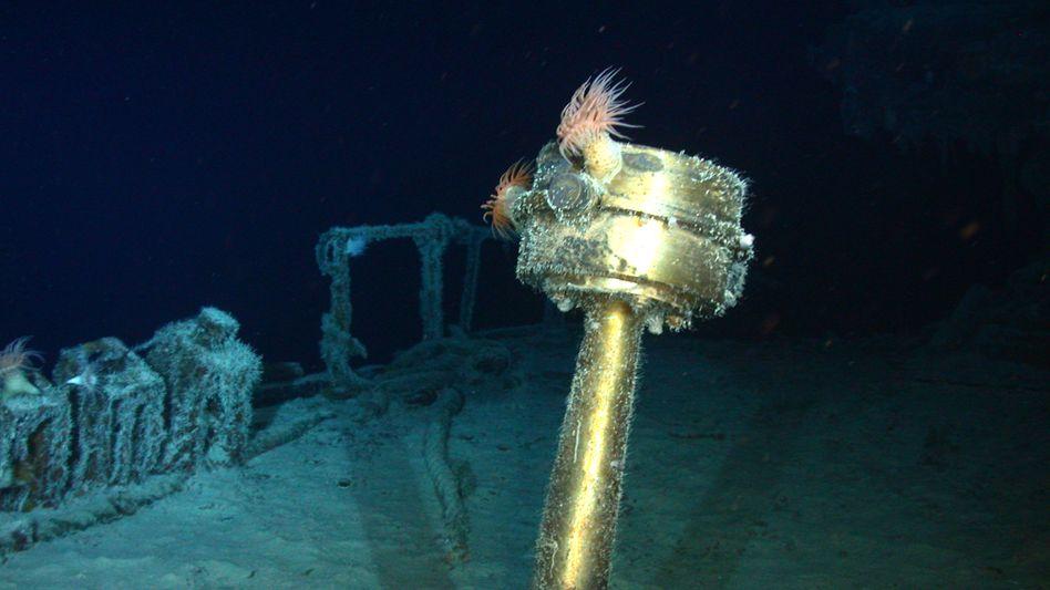 Der Kompass des Schiffswrack im Scheinwerferlicht: Die S.S. Gairsoppa hat offenbar rund 200 Tonnen Silber an Bord