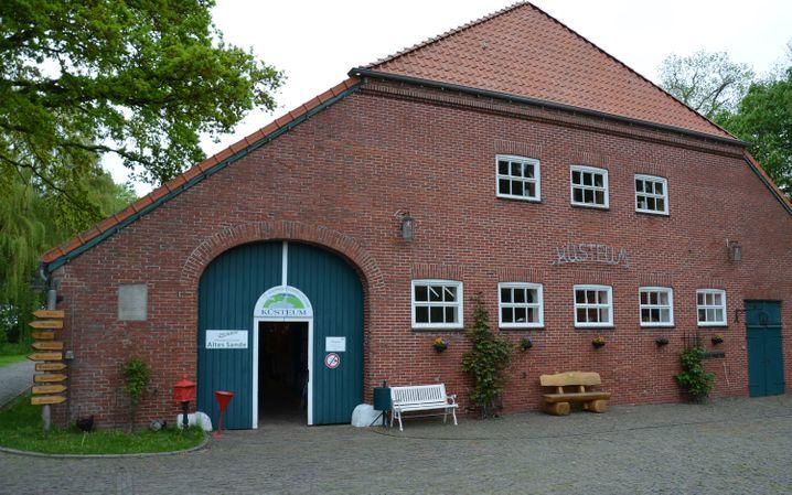 Das Küsteum ist ein Museum der etwas anderen Art - im Erdgeschoss neben einer Ausstellung zum Deichbau an der Küste gibt es darin zum Beispiel auch eine Schusterwerkstatt und viele Haushaltsgeräte aus dem vergangenen Jahrhundert.