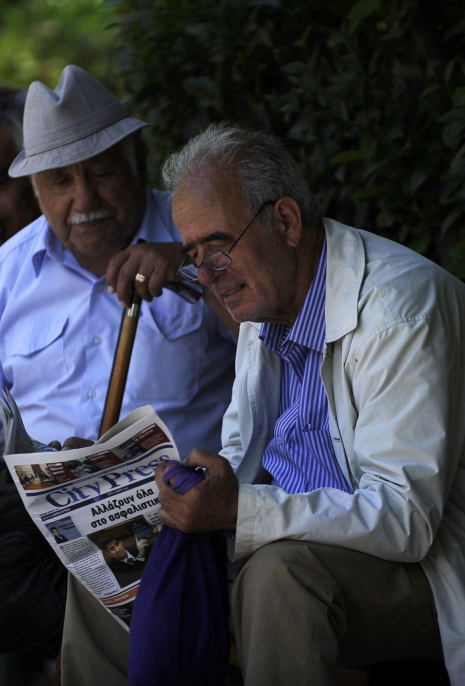 Griechen lesen zeitung