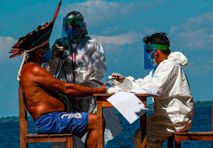 Impf around the world: Die indigene Bevölkerung Brasiliens - hier bei einem Covid-19-Schnelltest - ist besonders vom Virus betroffen.