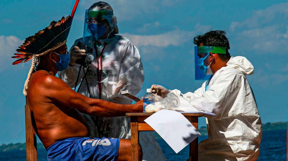 Corona-Test mit indigenen Bewohnern am Amazonas: Brasilien ist weltweit mit am stärksten von der Corona-Pandemie betroffen.