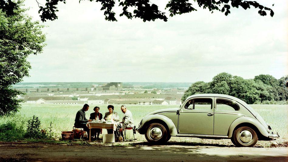 VW Käfer 1956: Der Käfer war Zeichen des wirtschaftlichen Aufschwungs im Nachkriegsdeutschland. Aktiengesellschaften boten zu jener Zeit attraktive Dividendenrenditen bei einem zugleich niedrigen Zinsniveau. An dieser Stelle stehen wir heute wieder.