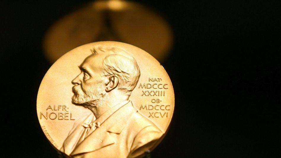 Eine Medaille mit dem Konterfei von Alfred Nobel ist im Nobel Museum in Stockholm zu sehen. Die feierliche Vergabe aller Auszeichnungen findet immer am 10. Dezember statt, dem Todestag des Preisstifters Alfred Nobel.