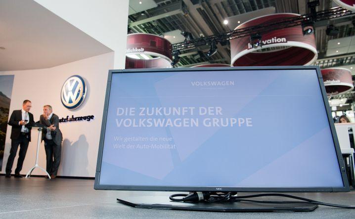 Darum geht's gerade: Die Zukunft der Volkswagen Gruppe» steht am 16.06.2016 auf einem Monitor bei der Pressekonferenz