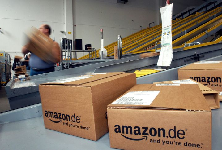 Buchpakete gehen in Amazons Logistikcenter in Bad Hersfeld in den Postversand