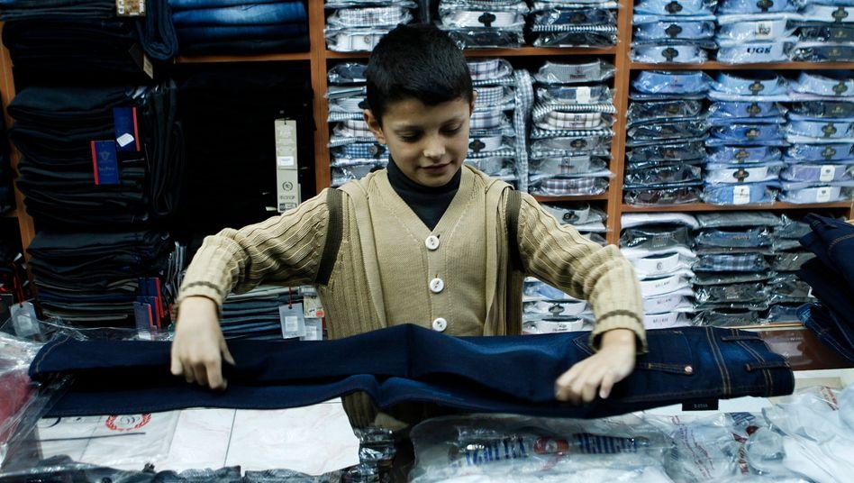 Kinderarbeit in der Türkei: Der syrische Flüchtling Hamude Karhu, 11 Jahre alt, arbeitet für umgerechnet sieben Euro in der Woche in einem Bekleidungsgechäft - das hilft seiner Familie, die Miete zu bezahlen. Sein Vater ist arbeitslos.