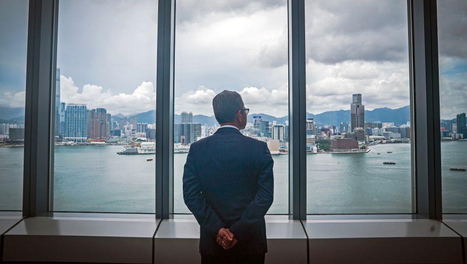 Was wird aus dieser Stadt? Hongkongs Finanzminister Paul Chan blickt am 5. Juni 2020 auf die Skyline.