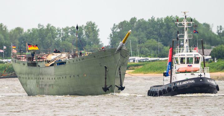 """Die """"Gorch Fock"""" im Sommer dieses Jahres bei einer Überführung auf der Weser"""