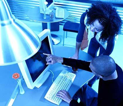 Schwierige Zusammenarbeit: Zwischen den operativen Bereichen und der IT-Abteilung klafft oft ein tiefer Spalt des Unverständnisses