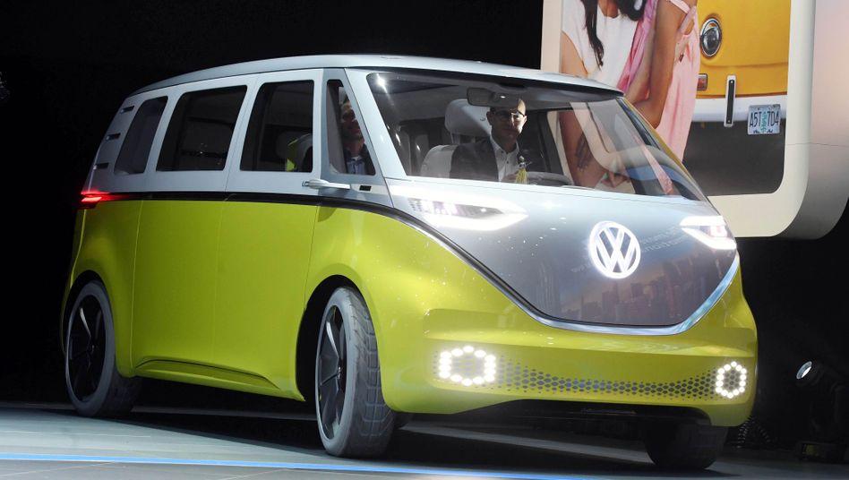 Zum Start noch mit Fahrer: Der VW ID Buzz (im Bild von 2017 auf der Automesse Detroit) soll 2022 auf den Markt kommen, 2025 auch als Robotaxi