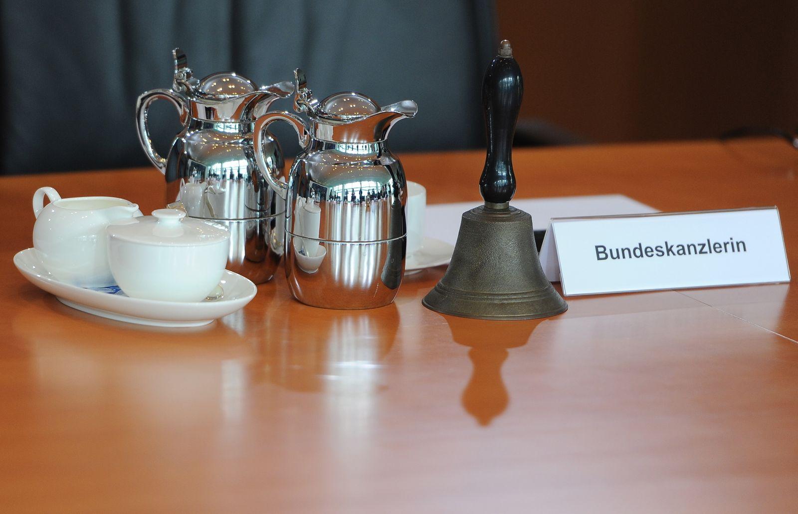 EINMALIGE VERWENDUNG Bundeskabinett / Glocke / Kaffeekannen