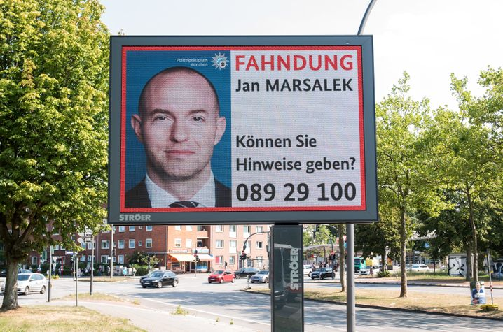 Most wanted:Fahndung nachJan Marsalekauf Ströer-Displays