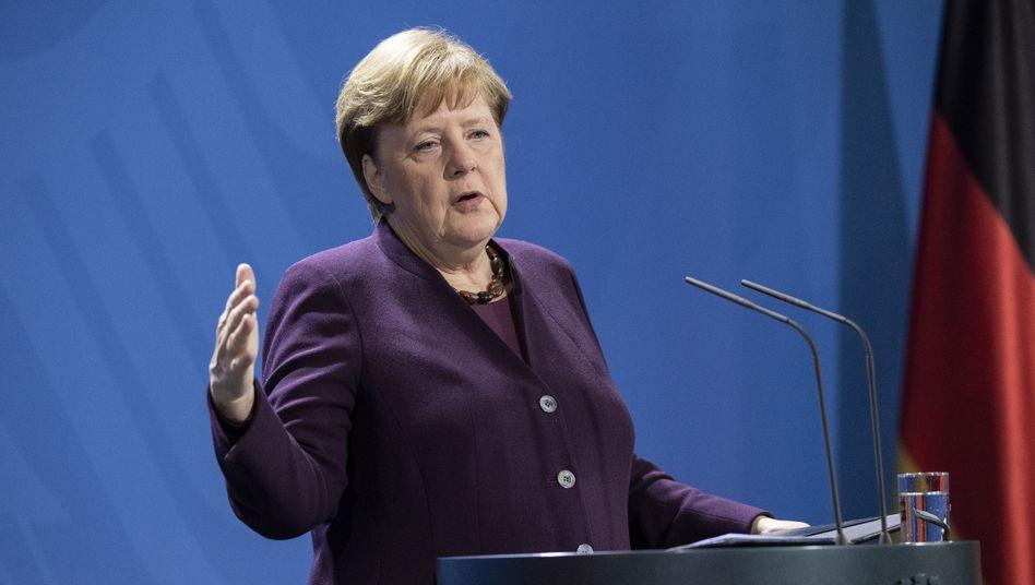 """""""Natürlich wird es Kontrollen geben"""": Bundeskanzlerin Angela Merkel verkündet am Montagabend einen ganzen Katalog von Maßnahmen, mit denen Bund und Länder die schnellere Ausbreitung des Coronavirus eindämmen wollen."""