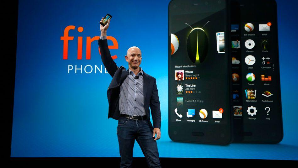 """Das Amazon-Phone """"Fire"""" war ein Flop: Dennoch könnte sich Amazon als virtueller Mobilfunkbetreiber versuchen, heißt es"""