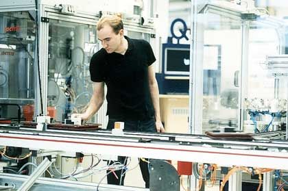 Drang nach draußen Wika wächst im Ausland Das Unternehmen: Wika ist Spezialist für Druck- und Temperaturmesstechnik und hat in zehn Jahren den Umsatz verdoppelt. Besondere Stärke: Die systematische Eroberung von zwei neuen Exportmärkten pro Jahr. Herausforderung: Weitere lukrative Märkte finden - der Mittelständler ist immerhin schon in 31 Ländern aktiv.