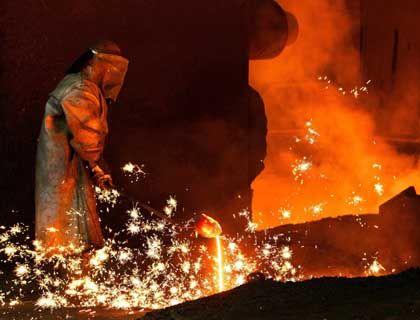 Heiß umkämpftes Unternehmen: Arbeiter am Schmelzofen im Arcelor-Werk Cockerill Sambre bei Lüttich