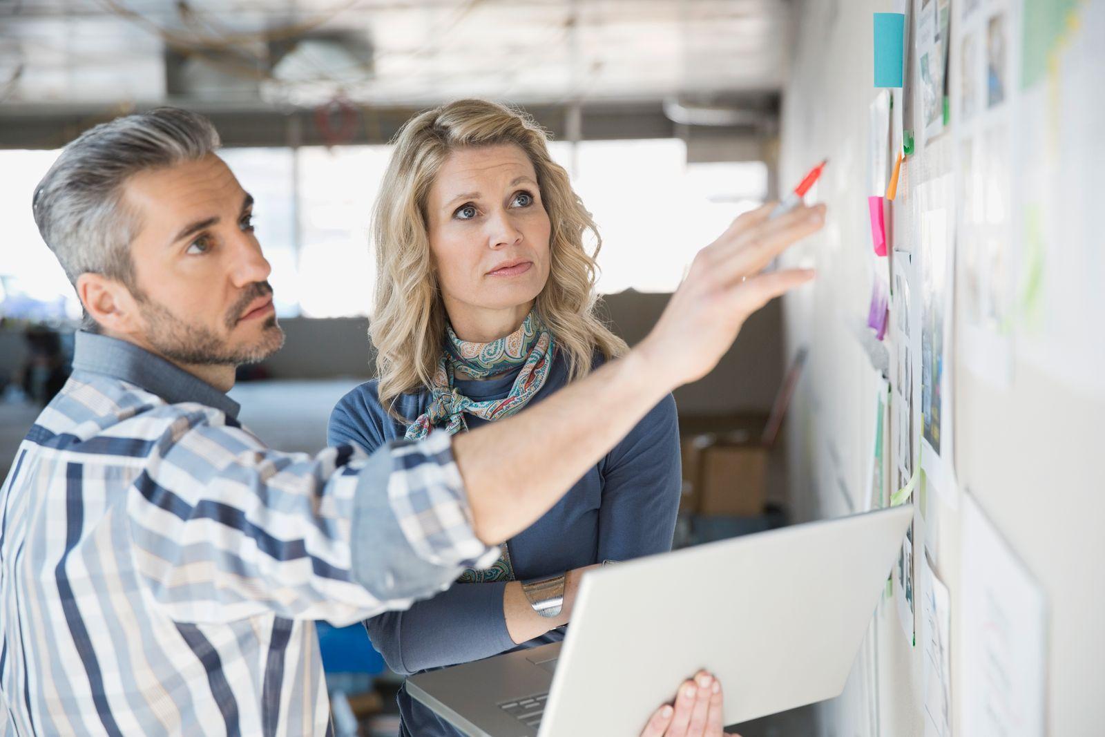 EINMALIGE VERWENDUNG Büro / Mitarbeiter / Startup / Kollegen / Meeting / Besprechung