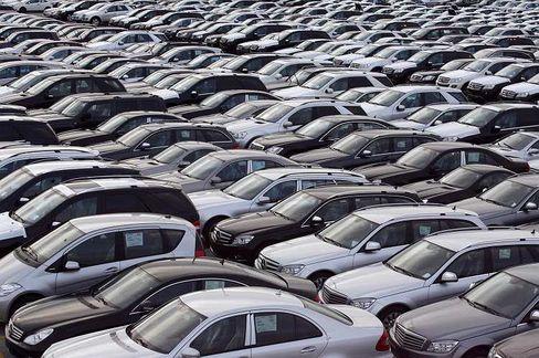 Auf Halde: Autohersteller setzen auch in Deutschland weniger Wagen ab