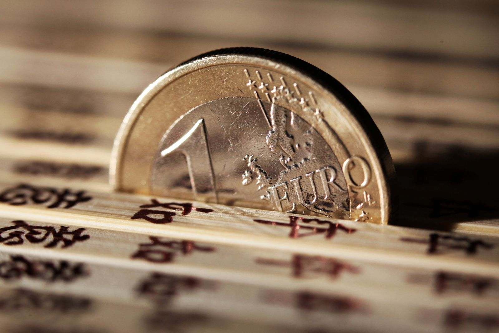 Euro zwischen Essstäbchen; China