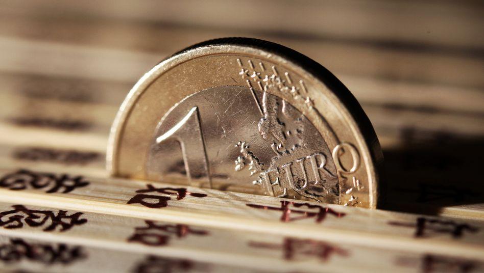 Euro-Münze: Japan will durch eine deutliche Abwertung des Yen die eigene Wirtschaft aus der Stagnation befreien. Die EZB sieht in einem schwachen Euro die Lösung für die Eurokrise sieht. Nun reagiert China - und setzt seinerseits auf eine Abwertung der eigenen Währung
