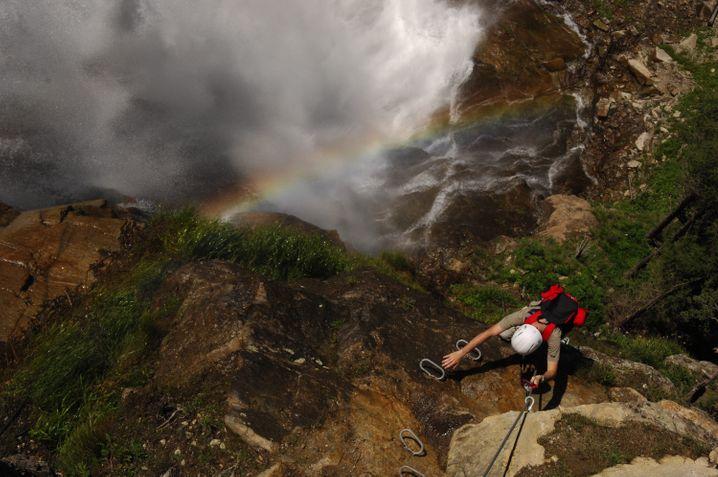 Entlang eines Wasserfalls führt der Stuibenfall-Klettersteig.