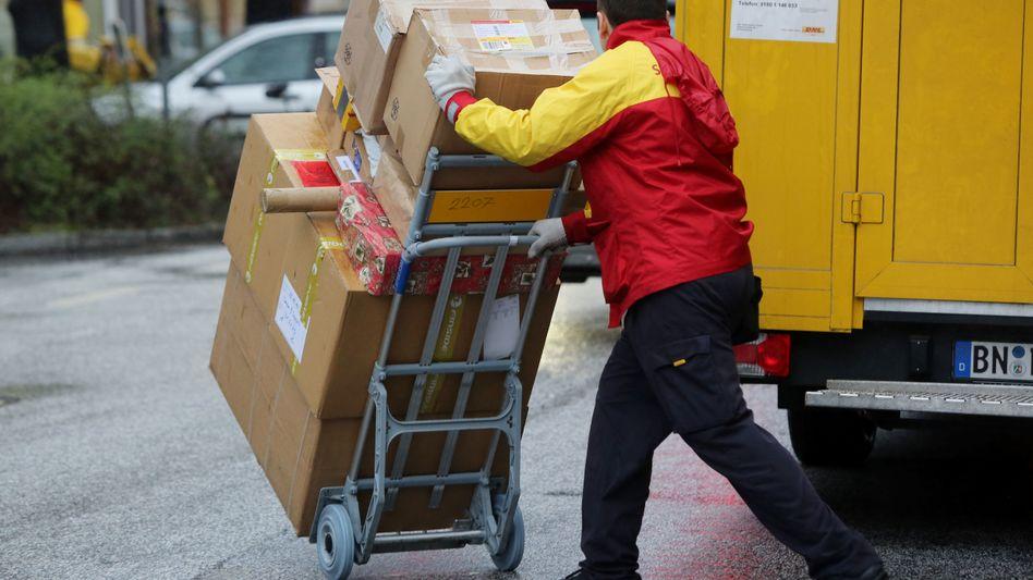 Schwerarbeit: Rund 11 Millionen Pakete pro Tag will die Post an Spitzentagen vor Weihnachten ausliefern, mehr als doppelt so viel wie an normalen Tagen